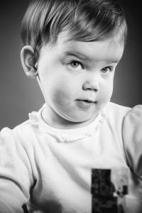 kleines Mädchen schaut skeptisch