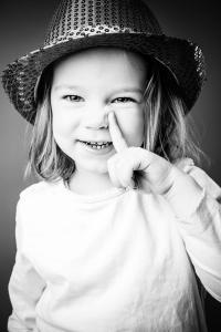 Mädchen mit Hut in Wicki-Pose
