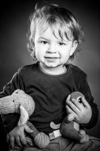 kleiner Junge mit Kuscheltieren