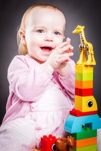 kleines Mädchen baut einen Bauklotzturm