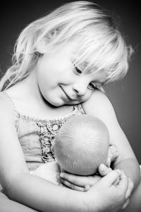 Mädchen hat Puppe lieb