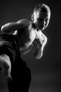Junge in Karate Übung