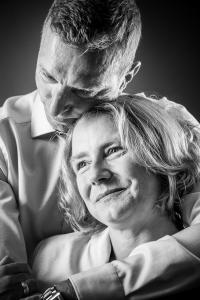 Paar-sie-lacht-in-seinen-Armen-Fotostudio-blendenspiel