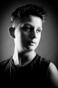 Teenager-guckt-nachdenklich-Fotostudio-blendenspiel