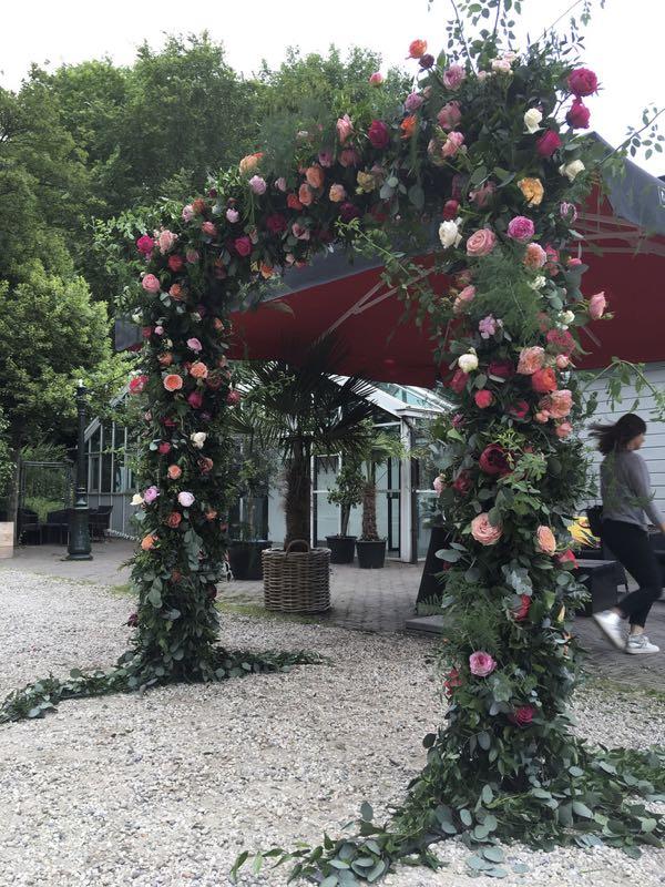 Een bloemenboog met rozen