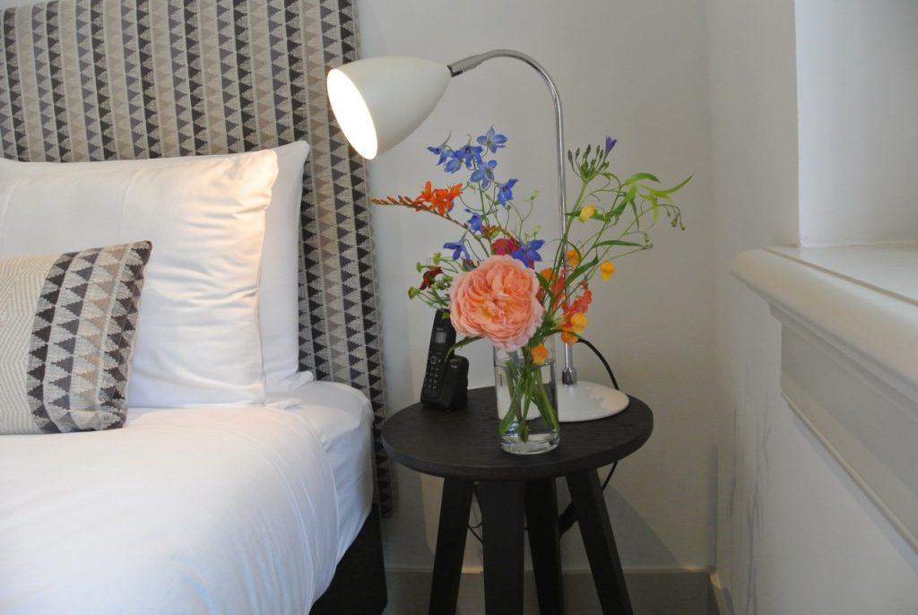 Een klein mini-boeketje kan zowel romantisch als stijlvol zijn. Hoe klein het ook is; het straalt een gevoel van luxe uit.