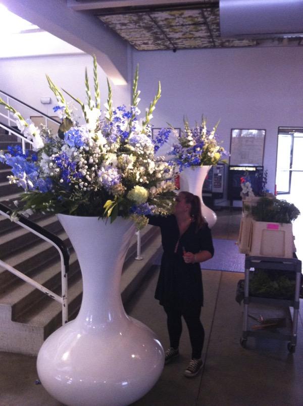 Een groot boeket met bloemen voor een event.