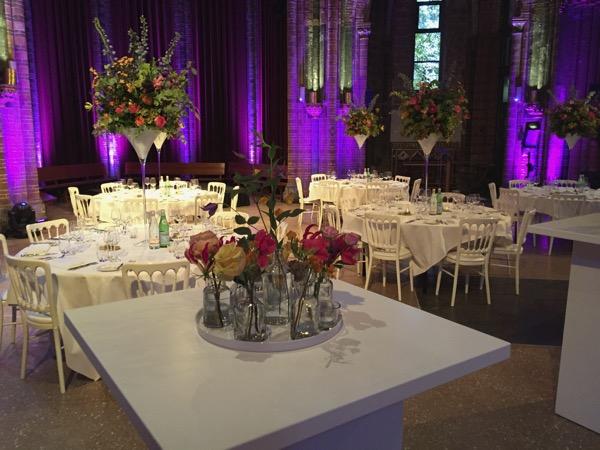 Kleine vaasjes met bloemen op een sta-tafel