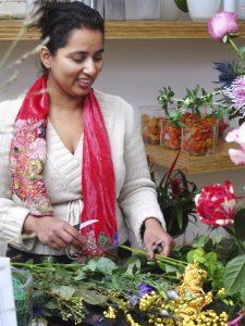 Anchela is bezig met bloemen