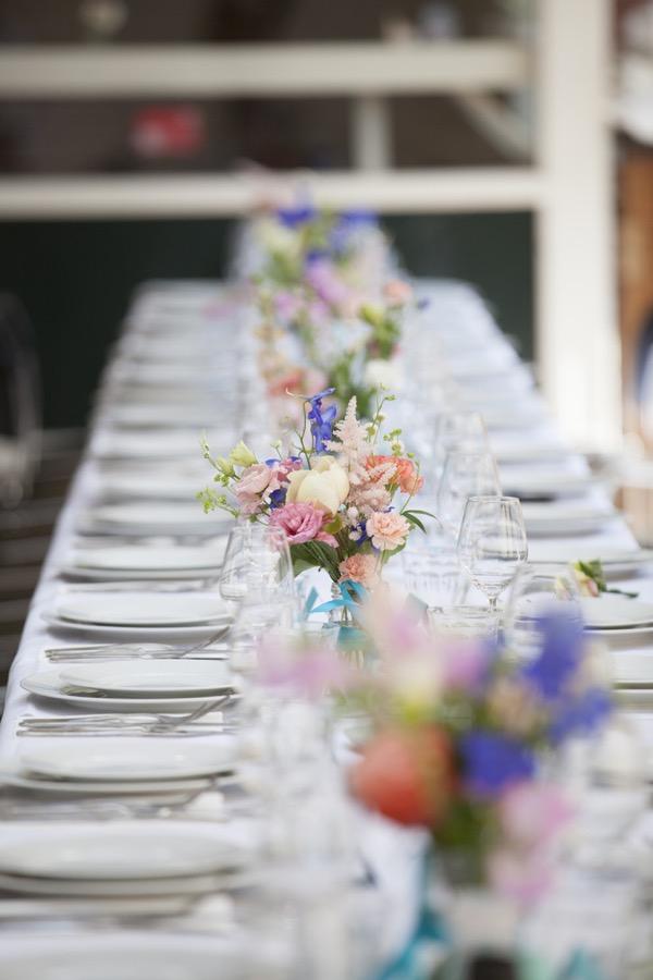Bloemen op tafel bij een bruiloft