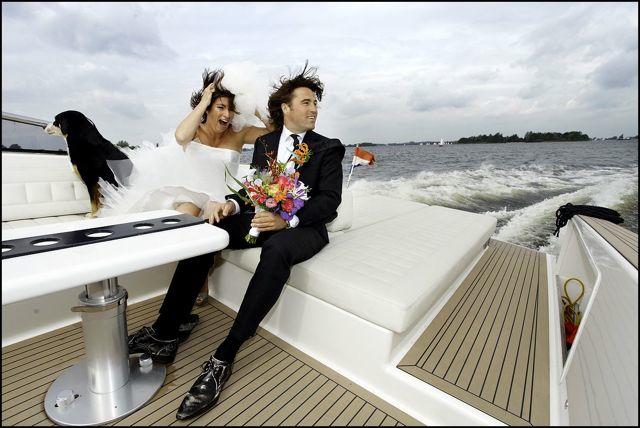 Bruidspaar met bruidsboeket op een boot
