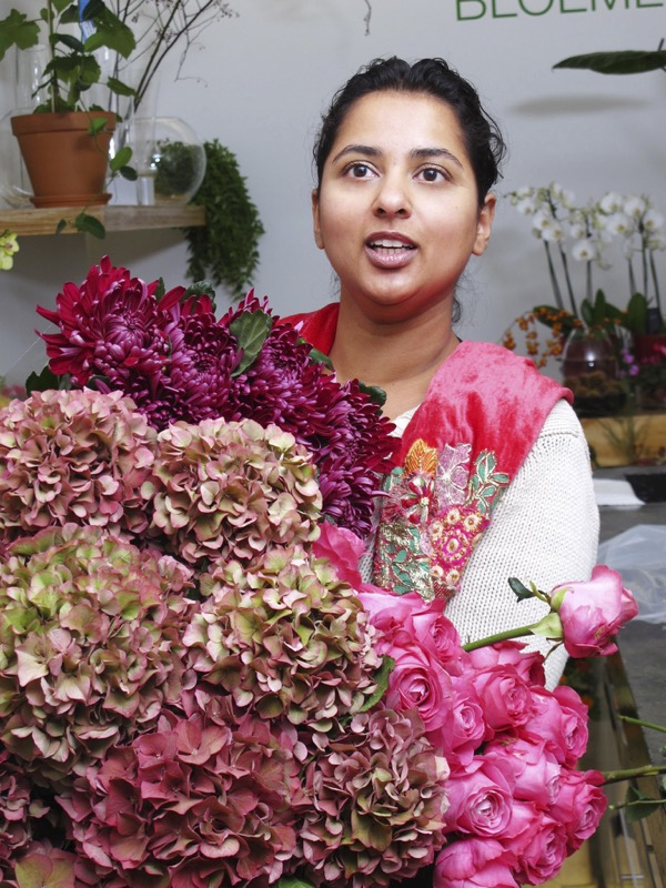 Een bloemstyliste tijdens een oriëntatiegesprek