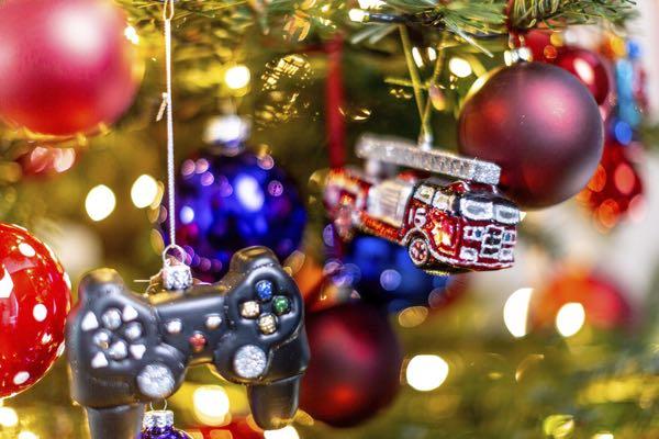 Gedecoreerde kerstboom met verschillende decoraties