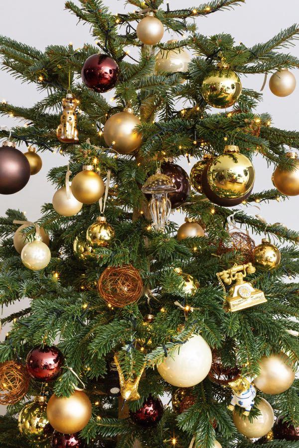 Gedecoreerde kerstboom met bronzen decoraties