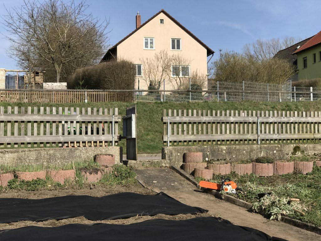 Blick von Weihergarten hoch zum Wohnhaus