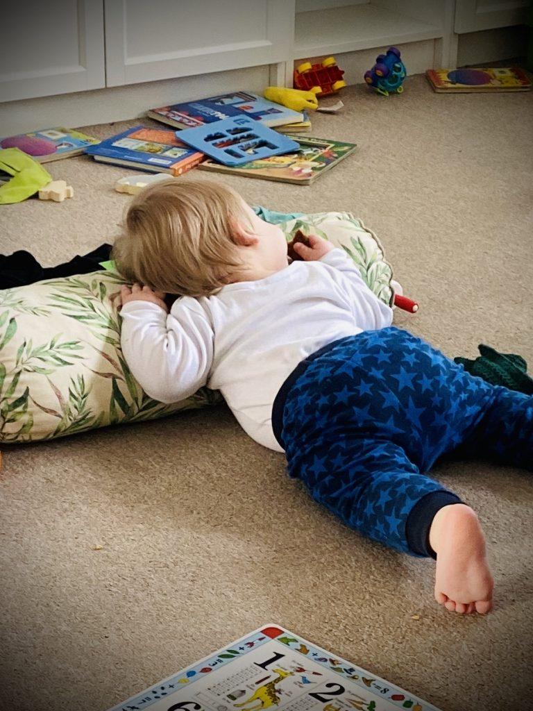 Mindstemanden ligger på gulvet på en pude, fordi det er ved at være lur-tid