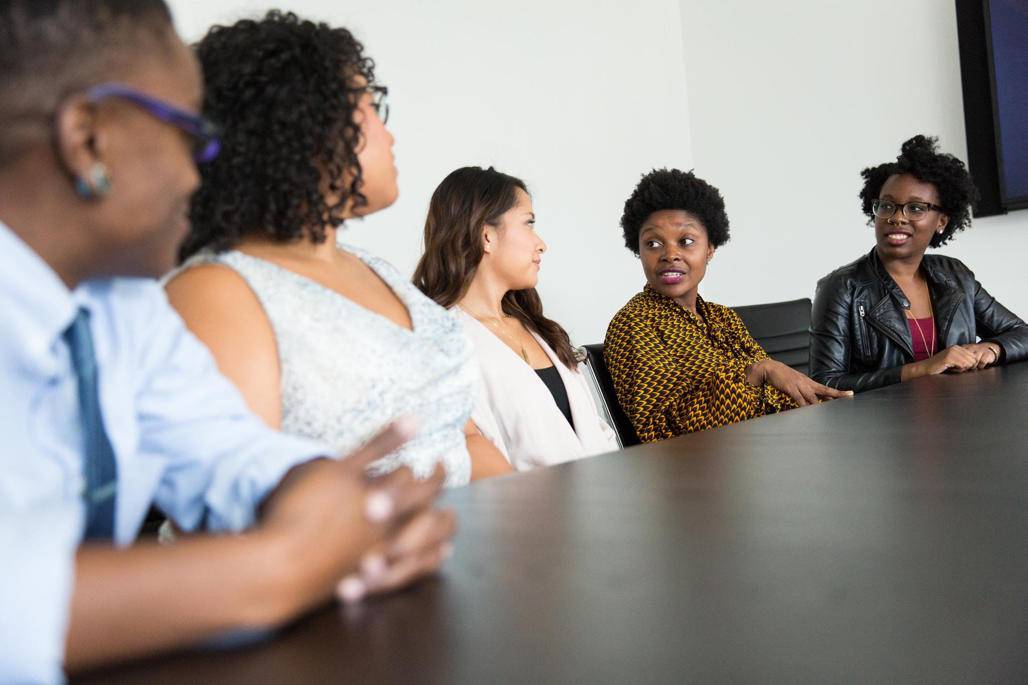 Inclusive Meetings. Bild zeigt Personen an einem Tisch.