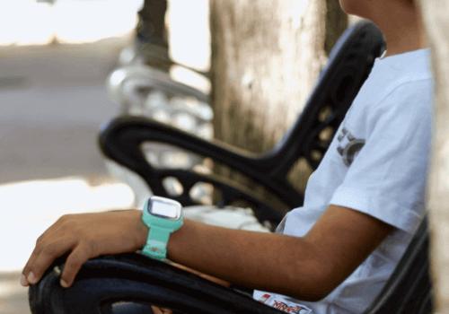 Niño con Smartwatch banco