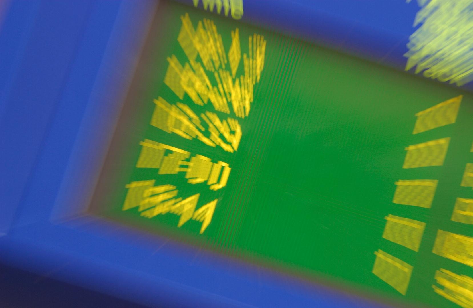 Aikataulunäyttö sinisillä kehyksillä, vihreällä taustalla ja keltaisilla kellonajoilla.  Zoomaava blur keskelle saa numerot taipumaan ulospäin kuvasta.