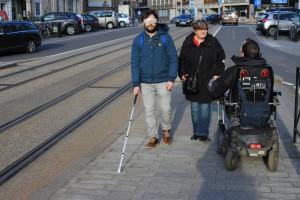 Met goede begeleiding kunnen heel wat mensen toch het openbaar vervoer gebruiken.