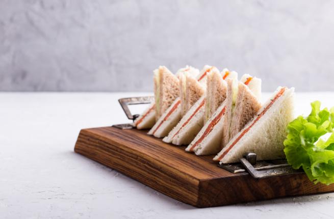Sandwiches met zalm en eiersalade op de afternoon tea