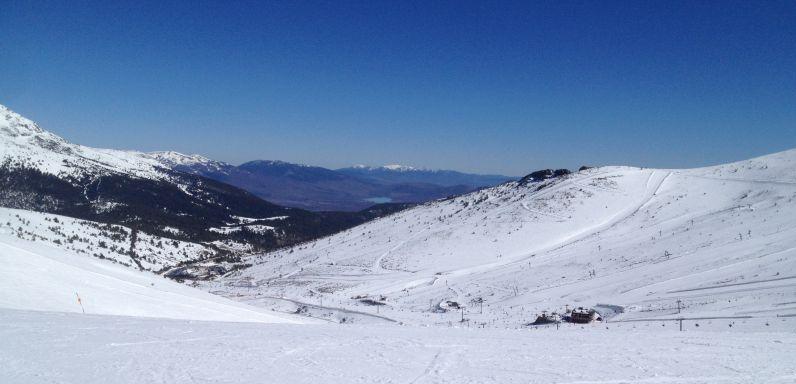 Snowboarden in Madrid: Aussicht auf das Skigebiet Valdesqui und den Stausee Embalse de Pinilla