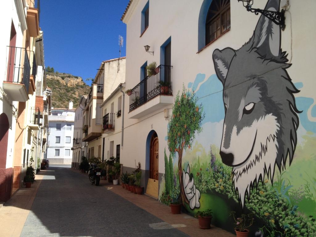 Schmale Gassen und große Gemälde in Fanzara