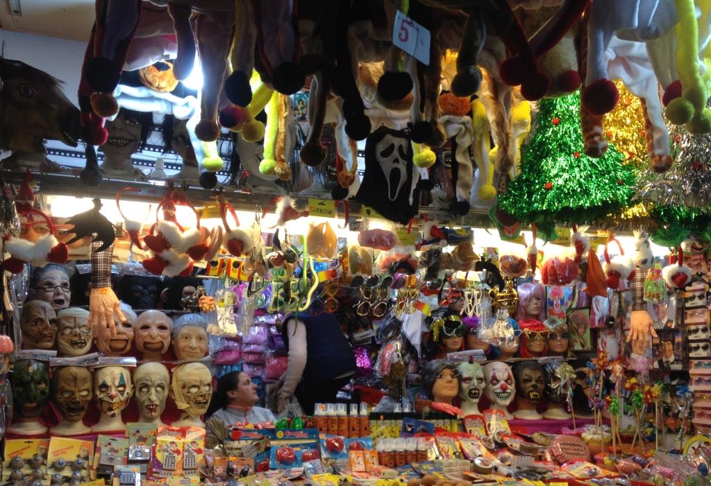 Gruselige Masken auf dem Mercado de Navidad in Madrid