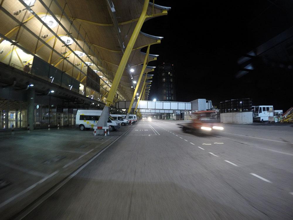Reges Treiben am Flughafen Madrid Barajas bei Nacht