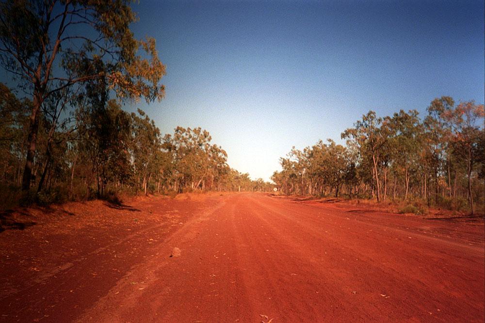 Rote Sandstraße im Outback in Australien