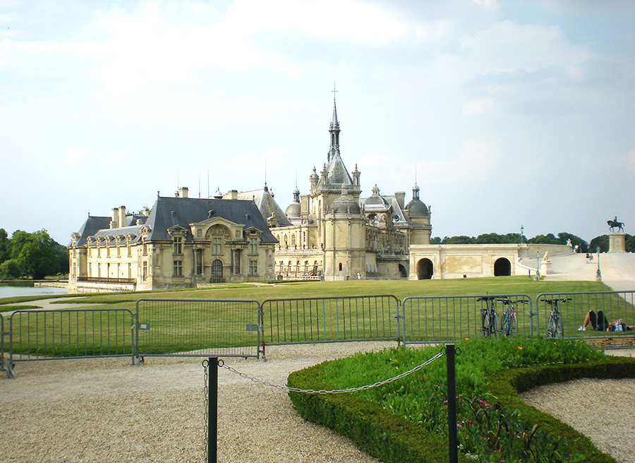 Chantilly – spetsar, James Bond och hästar