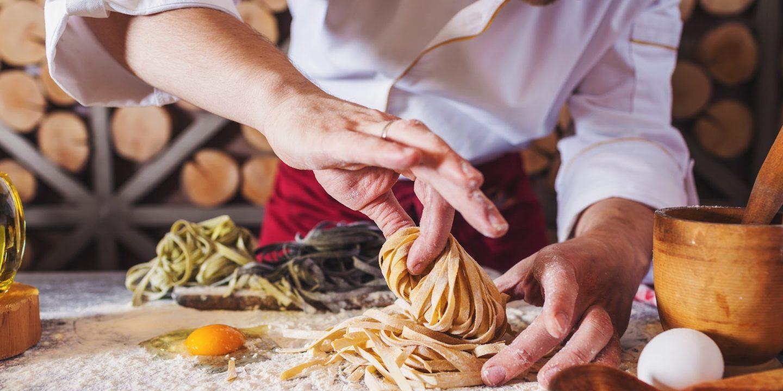 Kock som lagar mat