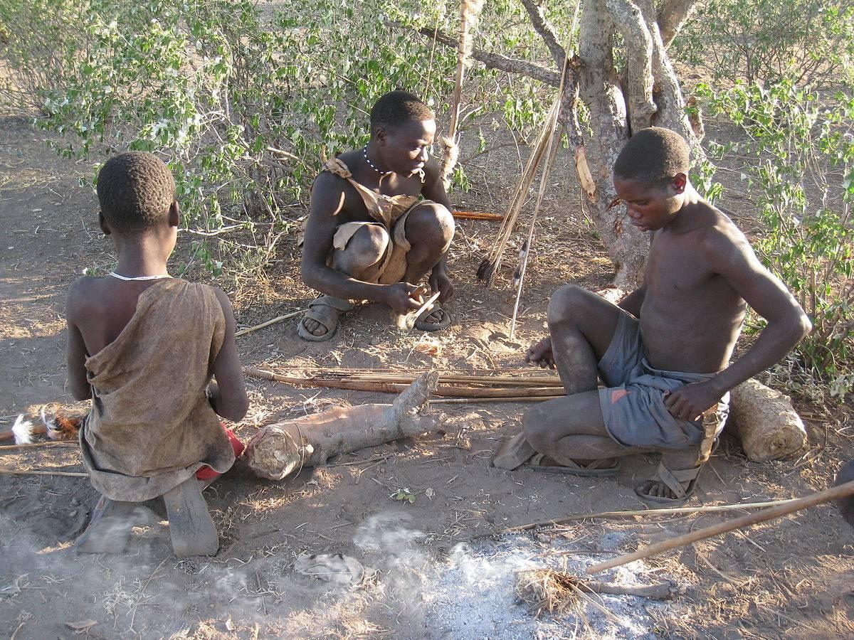 Hadza tanzania jägar-samlar befolkning sitter tillsammans