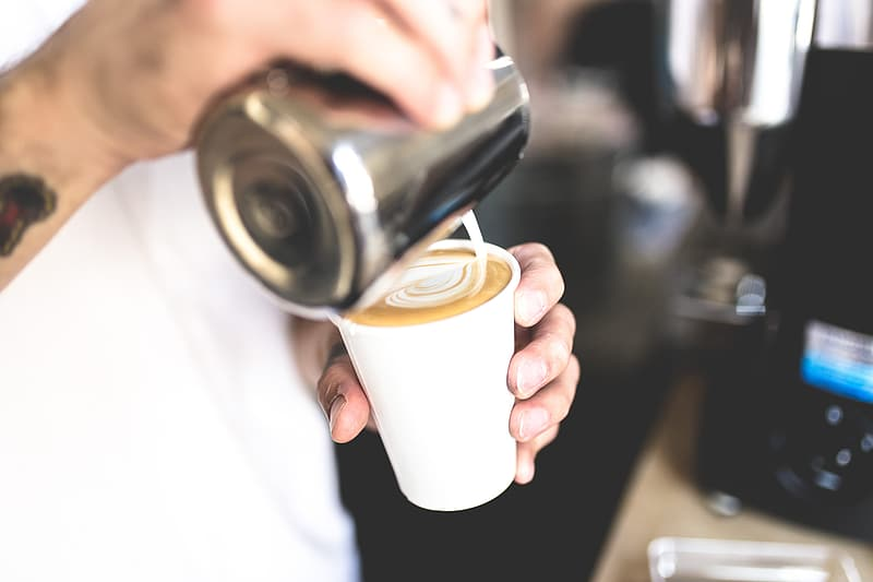 barista gör kaffe cappucino