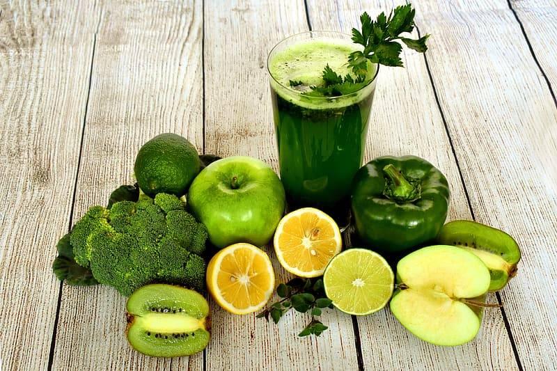 grön hälsosmoothie med citron-kiwi-lime-äpple-apelsin-paprika-broccoli