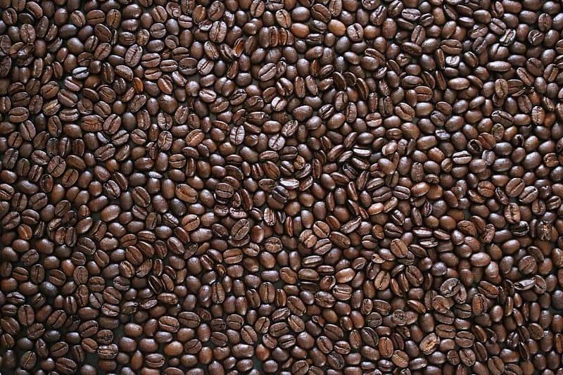 Bild med bara kaffebönor, röstade mörkbruna kaffebönor