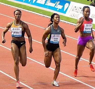 3 kvinnliga sprinters löpare med typ 2 muskelfibrer springer kortdistanslopp tävling