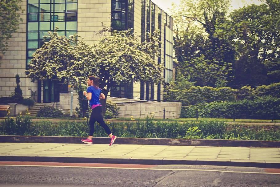 Kvinna joggar på trottoar, Karolines way of life hälsoblogg