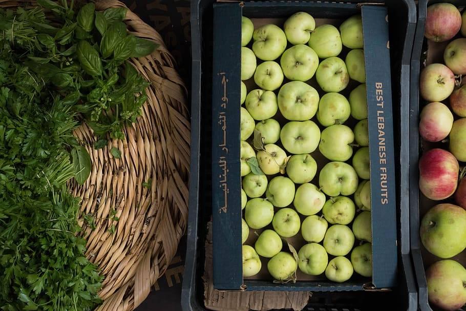 Äpplen i lådor tillsammans med örter, Karolines way of life hälsoblogg