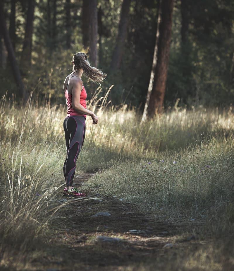 Kivnna i träningskläder i skog, Karolines way of life hälsoblogg
