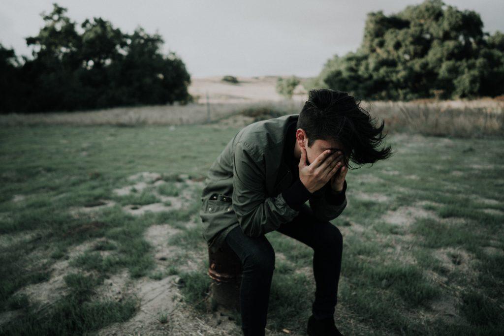 ledsen kille med händerna för ansiktet, depression, Karolines way of life hälsoblogg