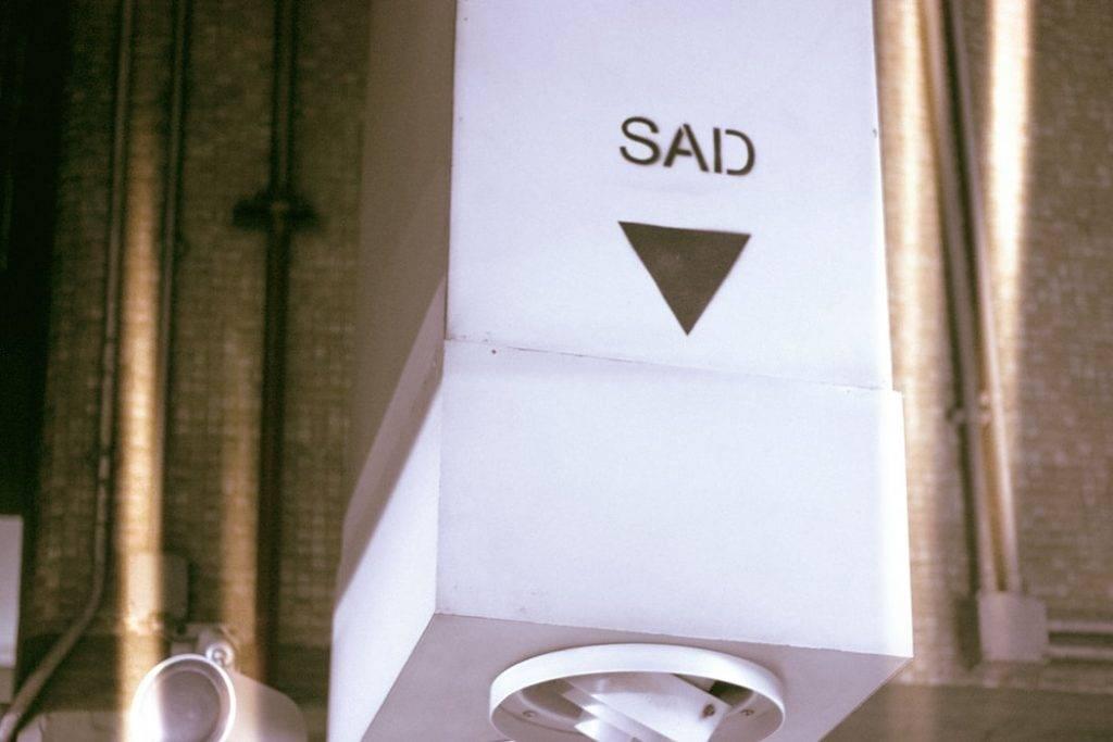 Trasig papperhållare med bokstäver SAD, vinterdepression, Karolines way of life hälsoblogg