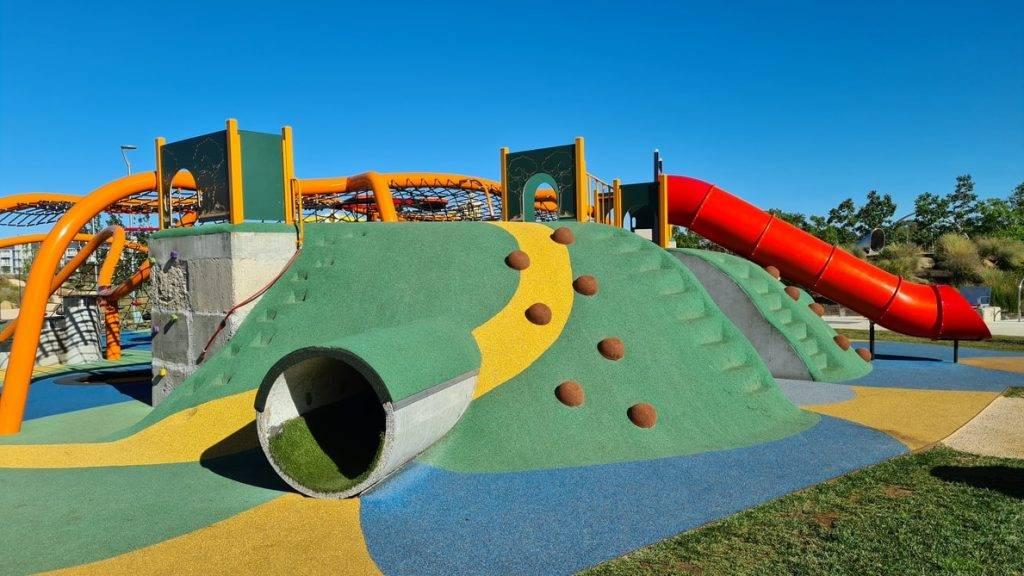aktivitetspark i många färger för barn med rushkanor och gungor vilket främjar hälsan med fysisk aktivitet.