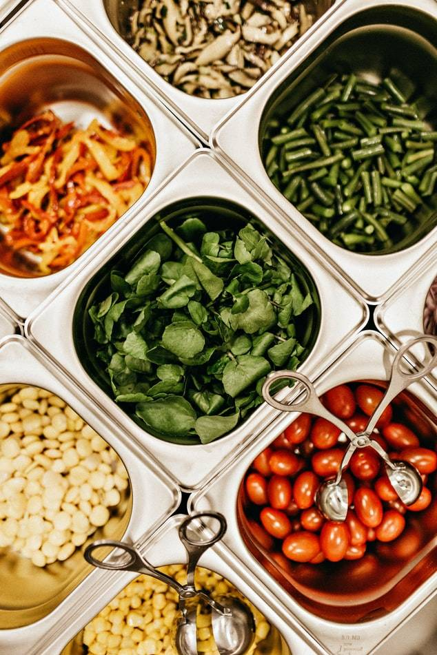 grönsaker i stålbehållare, skolmat som en hälsofrämjande strategi