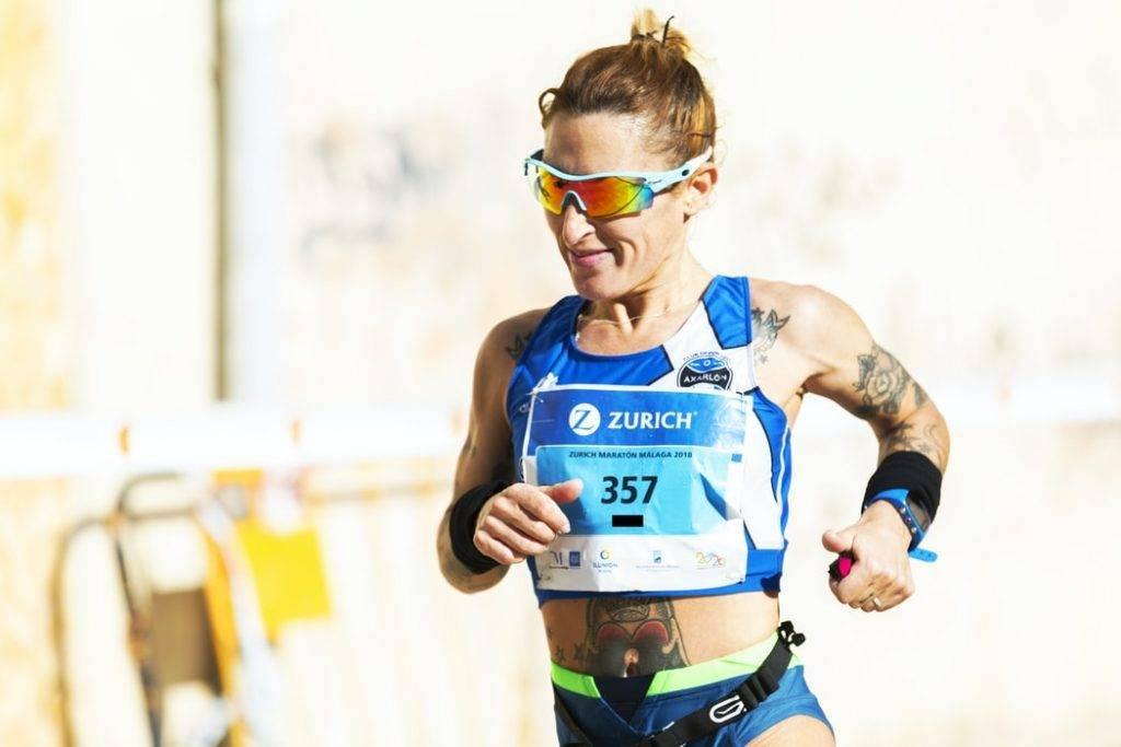 kvinna springer maraton i varmt väder som uthållighetsträning