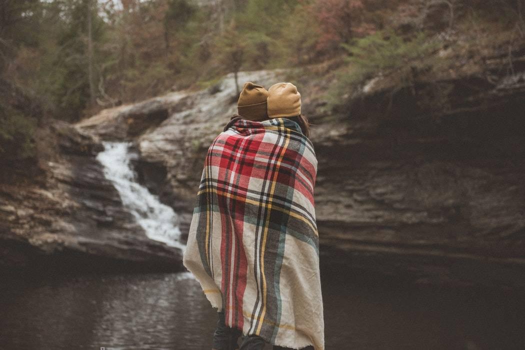 par står tillsammans i naturen med filt, Karolines way of life hälsoblogg