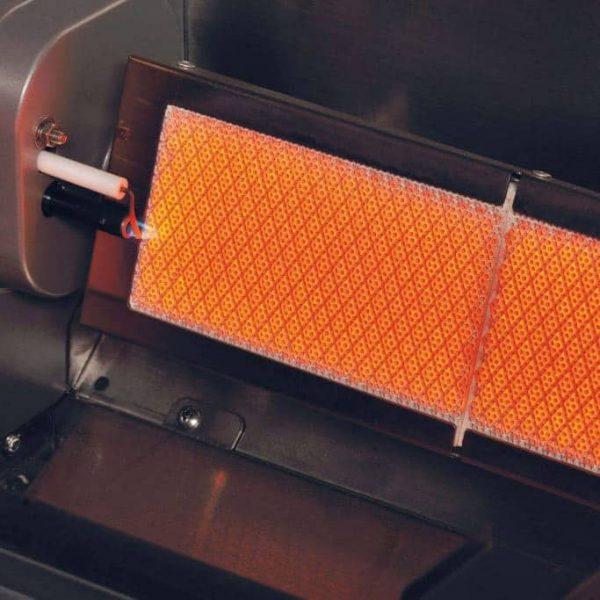 Närbild på Crossray Heatstrip Inbyggnadsgrill keramiska brännare