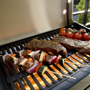 Grillspett, köttbitar och tomater grillas på Grand Hall E-grill