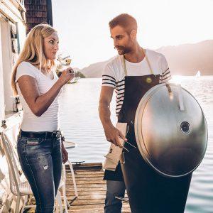 Par njuter av grillning med Höfats Cone Kolgrill ute på brygga