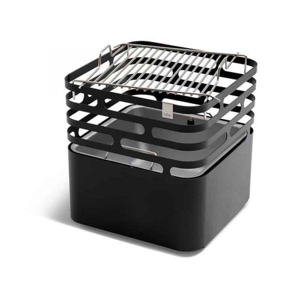 Höfats Cube grillgaller ligger ovanpå Höfats Cube Eldkorg & Kolgrill